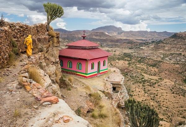 Nhà thờ theo kiểu hiện đại này nằm phía trước hang động, nơi mà Abba Aragawi được cho là đã biến mất - Ảnh: Ethiopia - The Living Churches of an Ancient Kingdom.
