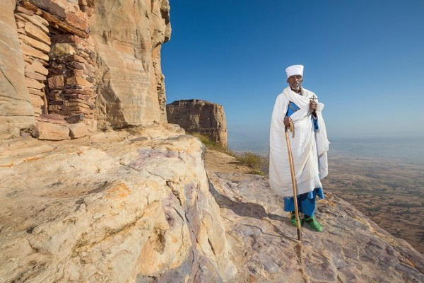 Linh mục đi bộ trên vách núi để lên nhà thờ Maryam Korkor và Daniel Korkor - nơi hiếm khi được sử dụng - Ảnh: Ethiopia - The Living Churches of an Ancient Kingdom.