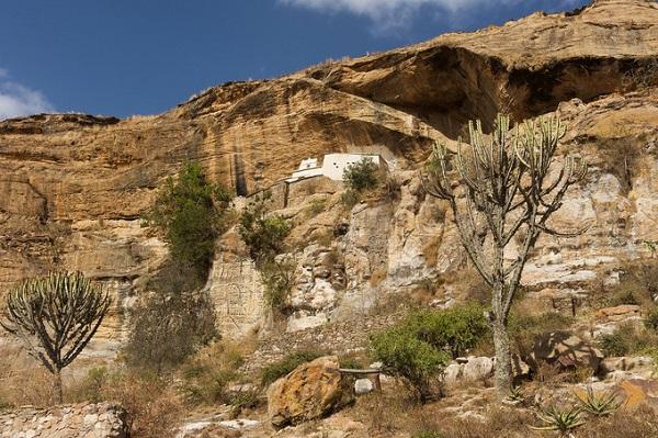 Nhà thờ Petros và Paulos ở Gheralta chỉ có thánh đường được xây trong đá, phần còn lại nằm ngoài rìa vách đá. Trước kia, muốn lên đây bạn phải leo lên dốc đứng bằng tay không. Ngày nay, thay vào đó người ta dựng một cầu thang gỗ tạm bợ - Ảnh: amusingplanet