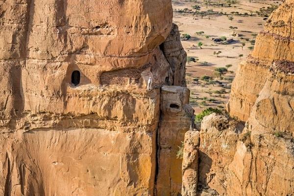 Các nhà thờ cổ xưa này thường xây ở những vị trí ấn tượng, như nhà thờ Abuna Yemata Guh tại Tigray, miền Bắc Ethiopia tọa lạc trên vách đá vôi thẳng đứng cao 200 m từ thế kỷ thứ 5 - Ảnh: Owen Barder/Flickr