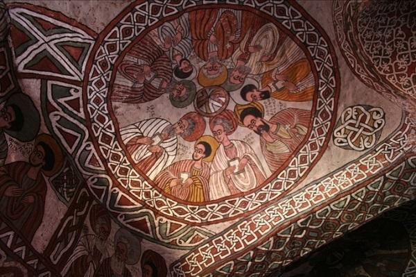 Những bức tranh thủ công tinh xảo, sống động trang trí trên trần và tường bên trong nhà thờ Abuna Yemata Guh - Ảnh: Matthew/Flickr