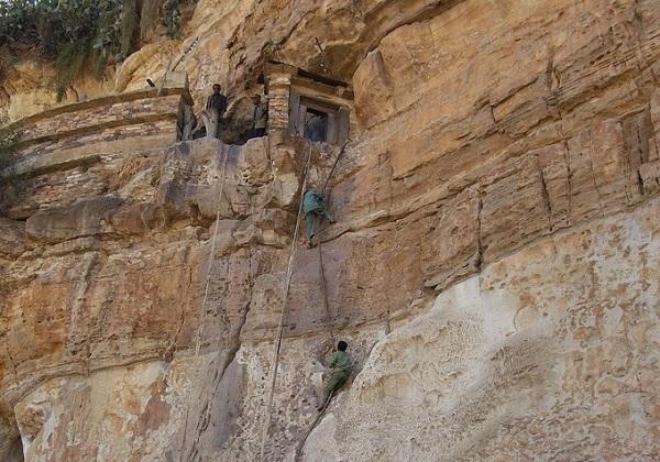 Cách duy nhất để đến Debre Damo là dùng dây leo lên vách đá cao chênh vênh - Ảnh: Achilli Family - Journeys/Flickr