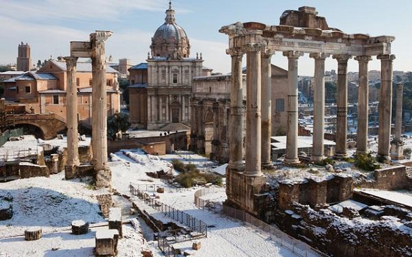 Tàn tích cổ xưa thành Roma trong tuyết trắng