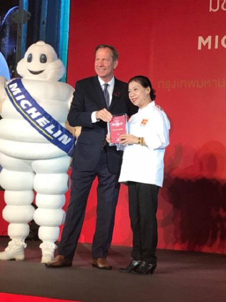 Bà Jay Fai nhận danh hiệu một sao Michelin vào ngày 6/12. Ảnh: twitter.