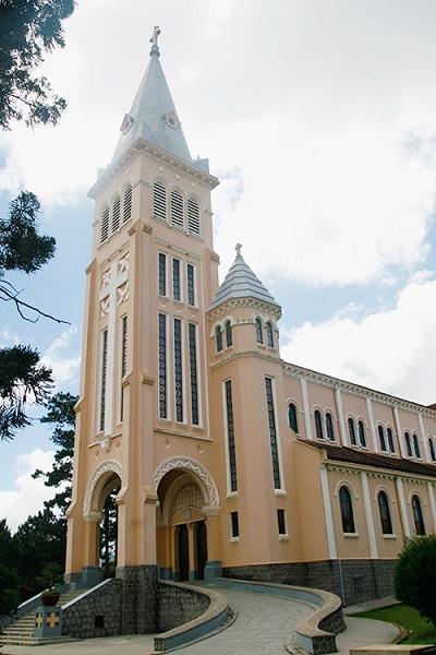 Tên chính thức của công trình là Nhà thờ Chính tòa Thánh Nicôla Bari hay Nhà thờ Chính tòa Đà Lạt. Sở dĩ, nơi này lại được nhiều người gọi là Nhà thờ Con Gà vì trên đỉnh cao nhất của công trình có tượng một con gà bằng đồng cao 66 cm. Theo kinh Tân Ước, đây là biểu tượng cho sự sám hối.