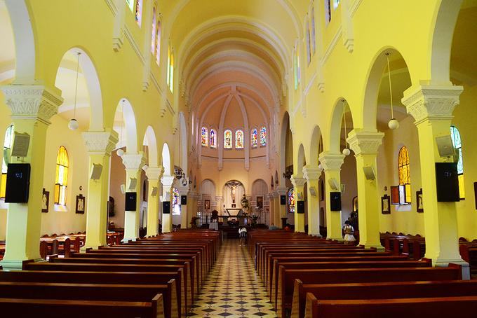 Bên trong gồm 3 không gian chính: một gian lớn ở giữa và 2 gian nhỏ hai bên. Các hệ thống cột chống được thiết kế đối xứng, nối với nhau bởi những hình vòm.