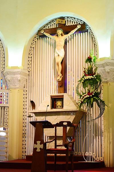 Tượng Chúa và cây thánh giá ngay trung tâm của nhà thờ.