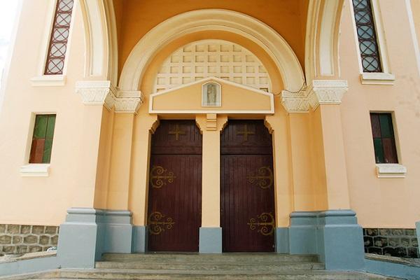 Toàn bộ chi tiết trên các mặt phẳng đứng đều theo nguyên gốc của các kiểu mẫu ở châu Âu. Những cánh cửa gỗ có màu nâu trầm này cũng là nơi được nhiều người dừng lại chụp ảnh lưu niệm.
