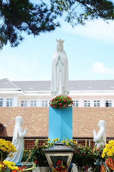 Ở sân vườn bên hông nhà thờ có một tượng Đức mẹ nép mình dưới những tán thông xanh. Nhiều người dân địa phương thường đến đây để dâng hoa và cầu nguyện.