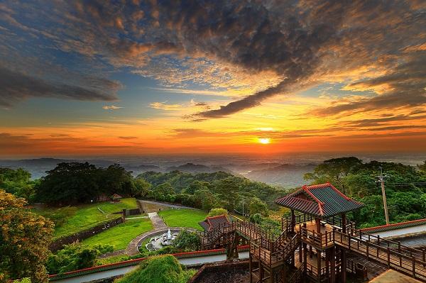Khung cảnh tuyệt đẹp: Đài Loan được bao phủ bởi màu xanh của cây cối và rừng nhiệt đời. Thủ phủ Đài Bắc nằm giữa những dãy núi, với công viên quốc gia Dương Minh Sơn cách đó chưa đầy 12 km. Cảnh quan mỗi vùng trên đảo biến đổi khác lạ, có đủ núi non hùng vĩ và bãi cát trắng mịn. Ảnh: Taiwan.