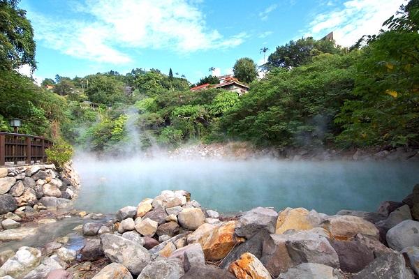 Suối nước nóng: Nếu mê suối nước nóng, bạn đừng bỏ lỡ cơ hội ghé thăm Bắc Đầu ngay gần Đài Bắc, hay tới đắm mình giữa khung cảnh thiên nhiên hoang dã trong suối nước nóng ở công viên quốc gia Dương Minh Sơn. Ảnh: Chan Brothers Travel.