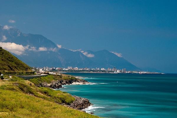 Vẻ đẹp của bờ biển phía đông: Phần lớn dân số Đài Loan (23 triệu người) sống ở bờ tây. Do đó, bờ biển phía đông gần như còn nguyên vẹn và hoang sơ. Đây là điểm đến được nhiều người yêu thích, với những vách đá hùng vĩ và công viên quốc gia Taroko xinh đẹp. Ảnh: Andrei Olariu.