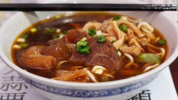 Ẩm thực: Đồ ăn Đài Loan vừa ngon vừa hợp túi tiền. Bạn có thể ghé thăm vô số chợ đêm khắp đảo và thưởng thức những món ăn vỉa hè như mì bò, đậu phụ thối, bánh hành hay trà sữa. Ảnh: CNN.