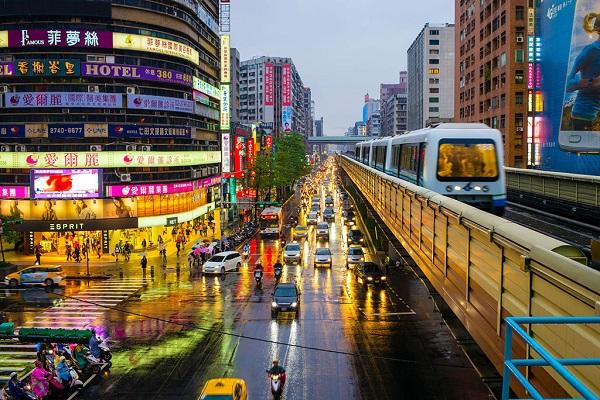 Thủ phủ nhộn nhịp: Đài Bắc, trung tâm Đài Loan, là sự pha trộn hoàn hảo giữa văn hóa phương Đông và văn hóa phương Tây, giữa cổ điển và hiện đại. Bạn có thể ghé thăm tháp Đài Bắc 101, Bảo tàng Cung điện quốc gia hay chùa Long Sơn. Ảnh: Silverkris.