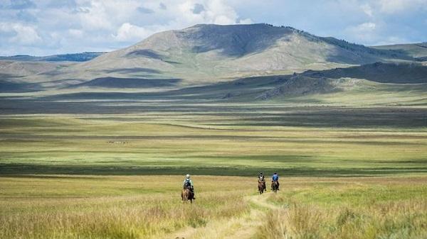Đua ngựa ở Mông Cổ  Hành trình trên lưng ngựa kéo dài 1.000 km đưa du khách băng qua những vùng thảo nguyên mênh mông, xa xôi và hẻo lánh nhất ở Mông Cổ. Chuyến đi có 25 điểm dừng chính là những trạm nuôi ngựa truyền thống. Ảnh: Theadventurists.