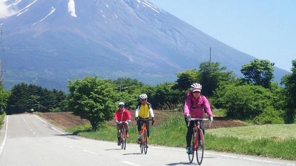 """Đạp xe từ đỉnh Phú Sĩ tới Kyoto ở Nhật Bản  Chuyến đi 12 ngày trên xe đạp sẽ giúp du khách """"sống chậm"""" với từng trải nghiệm từ chân núi Phú Sĩ, qua các ngôi làng truyền thống nằm bên hồ Biwa trước khi kết thúc ở cố đô Kyoto. Ảnh: Saddle Skedaddle."""