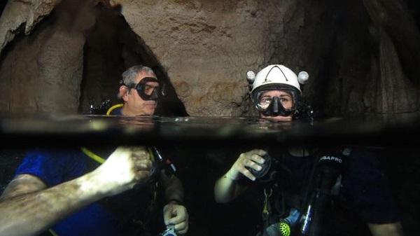 Lặn trong hang động ở Tuscany thuộc Italy  Du khách được trải nghiệm lặn trong hang khi đến với khu villa nghỉ dưỡng sang trọng Grotta Giusti, Tuscany, Italy. Ảnh: Will Appleyard.