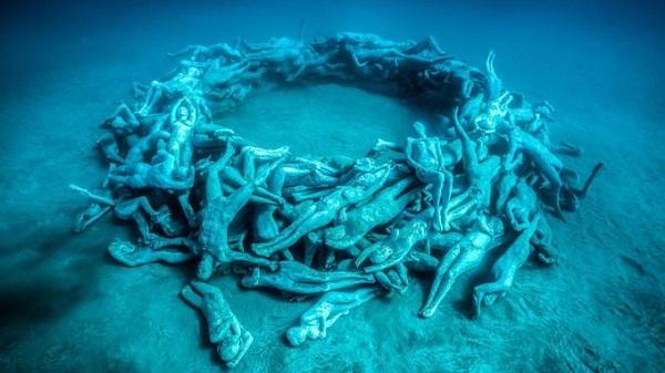 Lặn ngắm Museo Atlantico dưới đáy biển ở Lanzarote  Museo Atlantico là bảo tàng trưng bày dưới biển ở ngoài khơi hòn đảo Lanzarote, thuộc Tây Ban Nha. Đây là nơi lý tưởng cho những du khách thích đắm mình trong nghệ thuật đồng thời được thỏa thích bơi lặn. Ảnh: Jason deCaires Taylor.