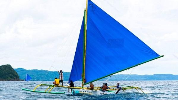 Đi thuyền buồm paraw thuyền thống ở Philippines  Paraw là con thuyền hai lá buồm truyền thống của người dân Philippines. Chuyến đi biển sẽ đưa du khách hòa vào cuộc sống của những thủy thủ địa phương, khám phá các hòn đảo không người sinh sống ở gần Boracay. Ảnh: Largeminority.