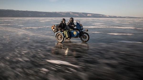 Chạy xe gắn máy trên băng ở Nga  Ice Run là chuyến đi xe gắn máy ba bánh trên băng đưa du khách chạy dọc theo các con đường rừng hẻo lánh, vùng hồ Baikal rộng lớn bị đóng băng bằng phẳng. Ảnh: Theadventurists.