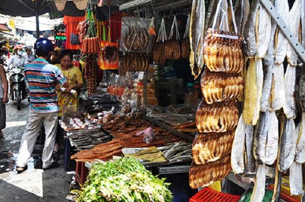 Chợ Campuchia, quận 10  Lọt thỏm trong chung cư cũ, chợ Campuchia còn được biết đến là chợ Lê Hồng Phong hay chợ Miên. Tại đây có đến hơn chục gian hàng lớn nhỏ chuyên kinh doanh sỉ và lẻ các loại đặc sản của xứ Angkor. Chợ thành lập từ hơn 20 năm nay. Tiểu thương ở đây hầu hết là người Việt từng sinh sống ở Campuchia hoặc người Việt gốc Khơ Me. Ảnh: Thiên Chương. Đến đây, bạn có thể thưởng thức các món như hủ tiếu ốc, bún riêu cua ốc, bánh canh, nui, chuối nướng,... với giá khoảng 25.000