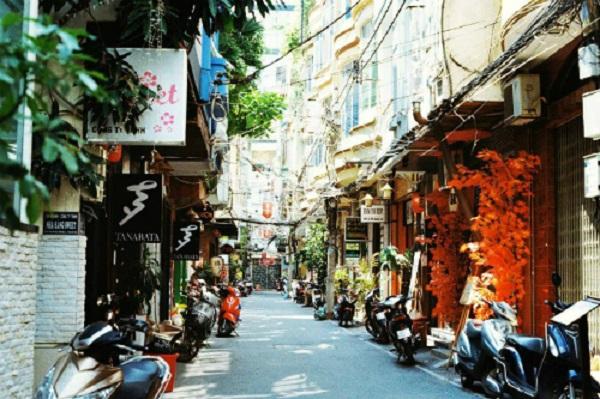 """Phố Nhật Bản, quận 1  Gần như """"đồng phục"""", con đường nhựa chưa đầy 2 km ở quận 1, từ hẻm 15A, 15B Lê Thánh Tôn sang Thái Văn Lung đều phủ đầy các bảng hiệu, cảnh cửa làm từ gỗ, vải, đèn lồng tone màu trắng, đỏ, vàng. Nếu không có chữ tiếng Việt, nhiều người đang ngỡ rằng mình đang đứng giữa đất nước mặt trời mọc. Có lẽ vì vậy mà giới trẻ Sài thành mới gọi đây là """"khu phố Nhật Bản"""" giữa lòng phố. Ảnh: Kim Huệ."""