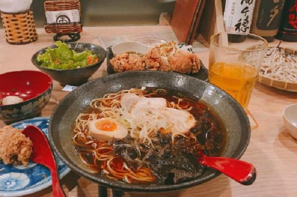 Hầu như chủ các quán ăn, nhà hàng tại đây đều là người Nhật. Có lẽ vậy mà hương vị của các món ăn tại đây được đánh giá là vẫn giữ được hương vị gốc. Đến đây, thực khách có thể thưởng thức các món như mì Ramen, bánh Takoyaki, sashimi, sushi, mochi... Khu ẩm thực Thái ở đường Nguyễn Tri Phương, quận 5Từ những món mặn đến món ngọt, từ quen thuộc hay xa lạ đối với những người đã từng đến Thái Lan, địa chỉ này có tất tần tật những món như vậy. Nơi này được vận hành như một khu ẩm thực đường phố.