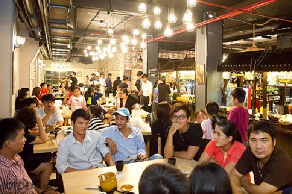 """Khu ẩm thực Thái ở đường Nguyễn Tri Phương, quận 5  Từ những món mặn đến món ngọt, từ quen thuộc hay xa lạ đối với những người đã từng đến Thái Lan, địa chỉ này có """"tất tần tật"""" những món như vậy. Nơi này được vận hành như một khu ẩm thực đường phố."""
