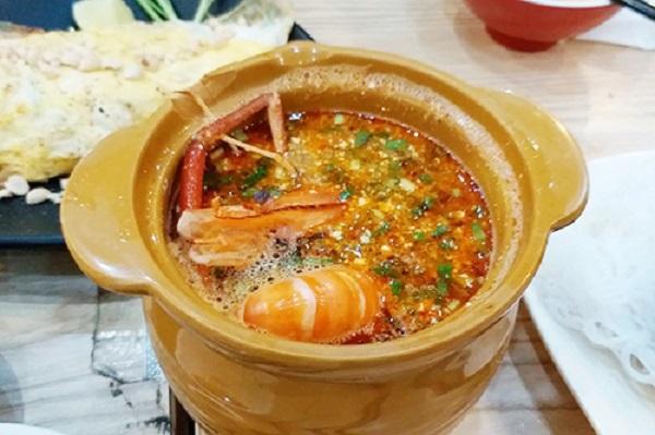Thực đơn của khu này nổi bật với các món đặc sản của Thái Lan như tom yum, lod chong, kem dừa, gỏi Thái, son-tam, heo xiên nướng... Ảnh: Di Vỹ.