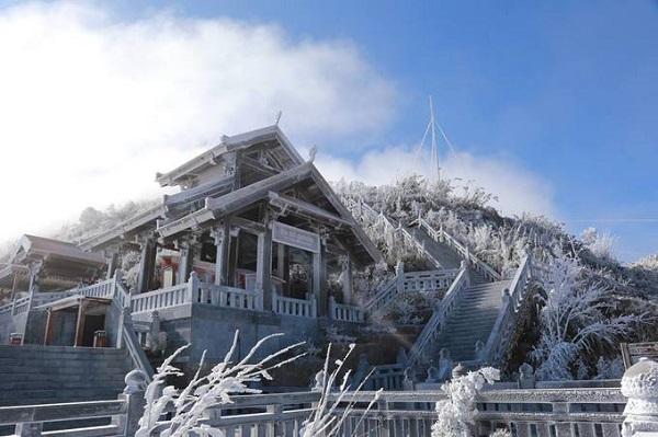 """Sa Pa  Đây là thời gian tốt nhất trong năm để """"săn"""" tuyết và có những bức ảnh check-in như ở trời Âu. Bởi trong 2 năm 2015 và 2016, tuyết đều xuất hiện và rơi vào tháng 1. Nếu không """"săn"""" được tuyết, bạn vẫn có thể tận hưởng cảnh sắc trên mây từ đỉnh Fansipan, thưởng thức ẩm thực đường phố trong không khí lạnh và tham quan các bản làng. Ảnh: Chiến Nguyễn."""