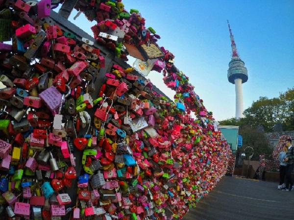 """Tham quan tháp Namsan  Tháp Namsan cao 236 m, du khách tới đây sẽ được ngắm """"đã mắt"""" cảnh đẹp. Có 2 cách lên đỉnh tháp là đi cáp treo, hoặc chọn buýt trung chuyển lên đồi rồi lên tháp. Đây cũng là nơi các đôi tình nhân tìm thấy các ổ khóa tình yêu. Ảnh: Asiaculture."""