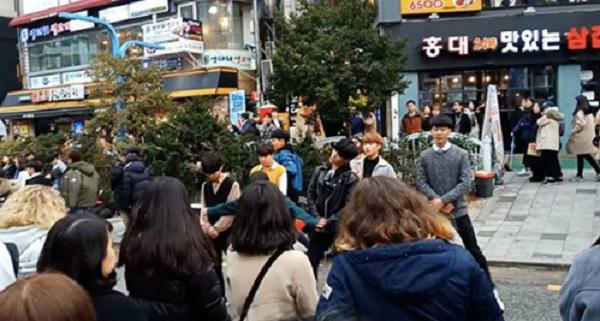 Dừng chân nghe nhạc đường phố trên đường ở Hongdae  Dù Myeongdong đã được mệnh danh khu phố mua sắm nổi tiếng nhất ở Seoul, Hodae vẫn là một nơi không thể bỏ qua. Trong khi các phố bày bán nhiều hàng hóa hấp dẫn, các ngõ ở Hongdae còn có các nhóm nhạc, nhóm nhảy biểu diễn tự do rất sôi động. Hongdae vì thế mang một nét riêng cuốn hút người yêu nhạc đường phố. Ảnh: Asiaone.