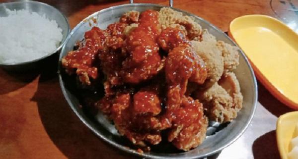 Thưởng thức món thịt gà  Thịt gà ở Hàn Quốc được chế biến thành món ăn có nhiều hương vị khác biệt như gà tuyết (ăn với phomat), gà yangynum, hay nhiều món rán hấp dẫn khác. Một phần gà ăn thỏa thích (trong hình) ở Seoul có giá khoảng 16.000 won (hơn 330.000 đồng). Ngoài mua ăn trên phố hay ở nhà hàng, thực khách có thể gọi suất gà yangnyum giá 18.000 won (380.000 đồng) được đóng gói như pizza đi kèm nước uống hoặc kem. Ảnh: Asiaone.