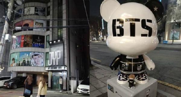 Tham quan con đường Kstar ở Gangnam  Ngoài sở hữu tượng gấu biểu trưng, Gangnam còn là thiên đường của các fan nhạc Kpop khi các trụ sở công ty giải trí đều ở quanh khu vực này. Nhiều địa điểm ở đây giúp fan có thể bắt gặp thần tượng của mình ví như quán cà phê trước cửa tòa nhà công ty giải trí JYP.