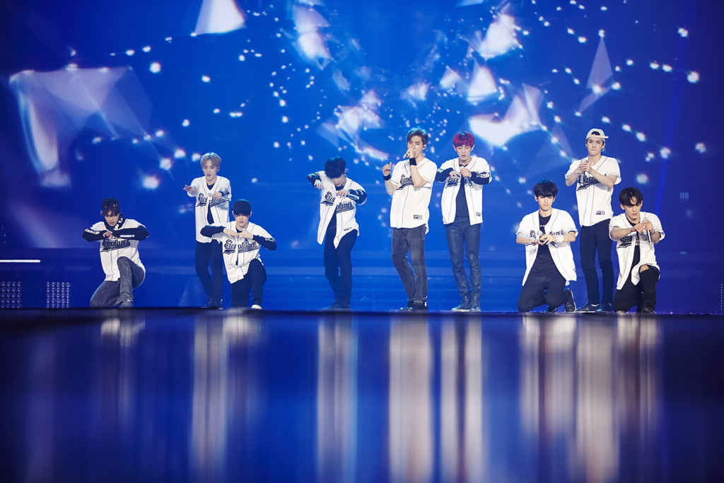 Xem một show diễn ca nhạc: Mùa đông ở Seoul là mùa của các show diễn và trao giải thưởng. Chỉ 10.000 won (hơn 200.000 đồng) bạn có thể mua vé xem show trao giải trong đó bao gồm nhiều phần diễn của các nhóm nhạc Hàn Quốc. Kpop cũng là một đặc sản văn hóa của Hàn Quốc mà bạn không thể bỏ qua khi đã tới Seoul du lịch.