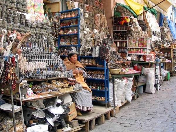 Chợ trưng bày vô số mặt hàng kỳ lạ từ trong các sạp hàng cho tới tràn lan ra vỉa hè, mặt đường. Mercado de las Brujas là khu chợ nằm ở độ cao hơn 3649 m so với mực nước biển thuộc La Paz - thủ đô cao nhất thế giới. Ảnh: boliviahop.