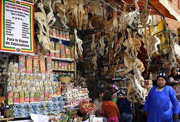 Bước vào chợ, du khách sẽ có cảm giác choáng ngợp vì hàng hóa xếp thành núi từ sàn lên tới trần các sạp. Một trong những gian hàng ở chợ phù thủy La Paz bày bán những sản phẩm phục vụ cho các nghi lễ của người dân địa phương. Ảnh: AFP.