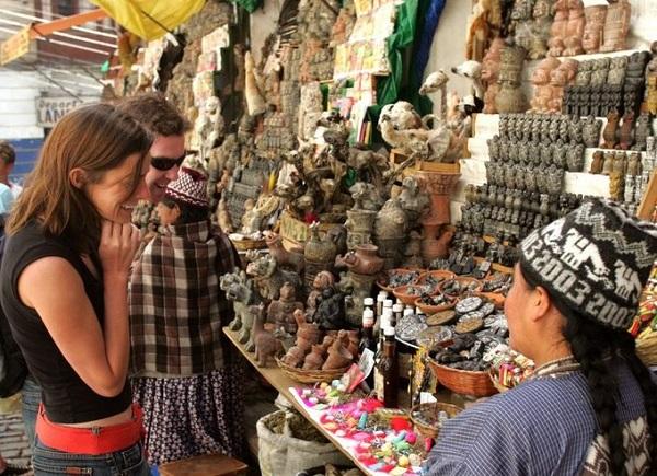 Chỉ cần nhìn thoáng qua khu chợ hoặc đi dạo sẽ thấy những người bán hàng đứng ngồi dọc đường để mời chào khách mua những món đồ lưu niệm vừa kỳ lạ vừa hút mắt. Ảnh: hotelrosario.