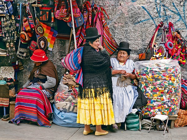 Một hình ảnh khác rất đậm nét văn hóa Bolivia ở chợ phù thủy là những người phụ nữ Aymara mặc trang phục truyền thống với mũ đèn, áo choàng... ngồi bán hàng. Họ được biết đến như những yatiri (hay thầy lang, phù thủy) mà mọi người tin là có sức mạnh kết nối với thế giới khác. Ảnh: NatGeo.