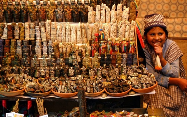 Chợ phù thủy La Paz bán các loại bùa chú, những loại cây chữa bệnh, xác ếch khô và vô số đồ lưu niệm, đồ thủ công mỹ nghệ như những bức tượng nhỏ khắc từ gỗ, đá... Chợ mở cửa hàng ngày từ 9h30 đến 19h. Ảnh: roughguides.