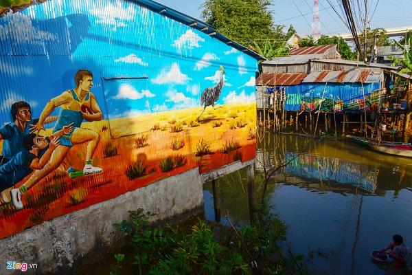 Những bức tranh được vẽ trên mái tôn ven kinh tạo nên cảnh thơ mộng cho người dân miền sông nước.