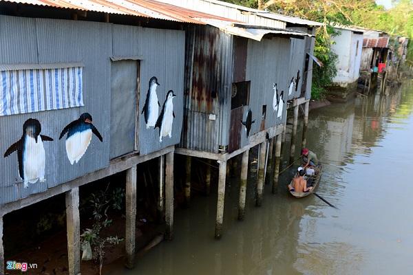 Hình ảnh chim cánh cụt lạ mắt được trang trí bên bờ sông Tiền.