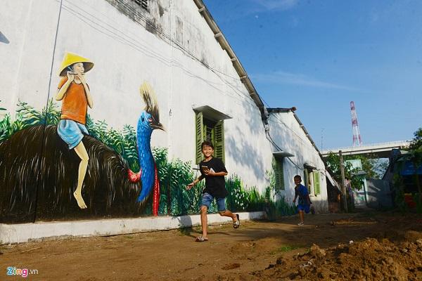 Công trình do Đại sứ quán Australia tại Việt Nam tài trợ với hơn 60 bức tranh lớn, nhỏ. Gần 30 họa sĩ đến từ Australia, TP.HCM và sinh viên Đại học Đồng Tháp thực hiện trên các vách tôn, tường nhà, hàng rào...