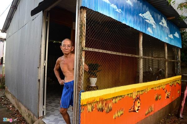 Ông Nguyễn Văn Chung (70 tuổi) cho biết bức họa do các họa sĩ tự lên ý tưởng và thực hiện.