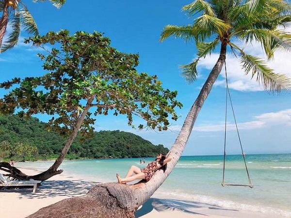 Trong loạt ảnh du khách check-in ở Phú Quốc trên Instagram, bạn dễ dàng tìm thấy hình ảnh cây dừa đổ và chiếc xích đu bằng gỗ. Hiện ở Phú Quốc không hiếm nơi treo xích đu trên cây dừa nghiêng bên bờ biển để du khách chụp ảnh. Nhưng địa điểm đầu tiên nổi tiếng với hình ảnh này là Bãi Sao. Ảnh: linhlaplalaplanh18.