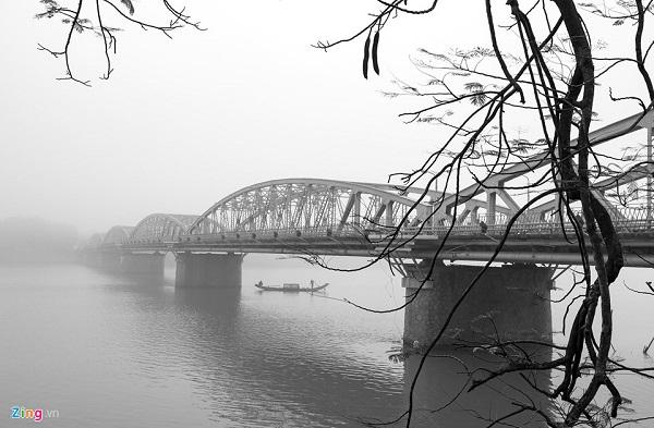 Cầu Trường Tiền như thường lệ hiện lên lãng mạn với làn sương mờ cùng con thuyền của ngư dân đánh bắt cá nhẹ trôi trên sông Hương.