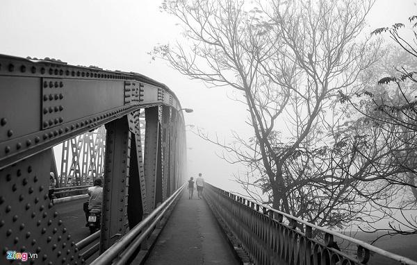 Đi trong làn sương ngắm nhìn cố đô mờ ảo, du khách được hít không khí trong lành của sương sớm và cảm nhận hương vị Tết sắp đến rất gần.