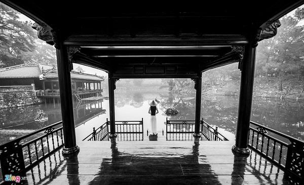 Hình ảnh những nữ sinh áo dài trắng nhẹ bước trên cầu Trường Tiền là hình ảnh đầy chất thơ trong những sáng mờ sương.