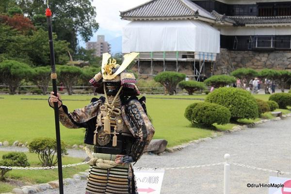 Các nhân viên mặc trang phục samurai truyền thống sẵn sàng chụp hình với du khách - Ảnh: Dru's Misadventures - HinoMaple