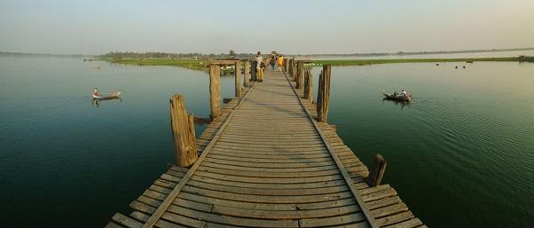 Lối đi bằng gỗ trên cầu
